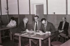Doc. Wysocki z pracownikami uczelni - lata 70